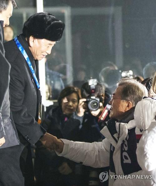 Esta foto, proporcionada por la oficina presidencial de Corea del Sur, Cheong Wa Dae, el 25 de febrero de 2018, muestra al presidente Moon Jae-in (dcha.) dándole la mano a Kim Yong-chol, jefe de la delegación de alto nivel de Corea del Norte, en la ceremonia de clausura de los Juegos Olímpicos de Invierno de PyeongChang. (Foto de archivo)