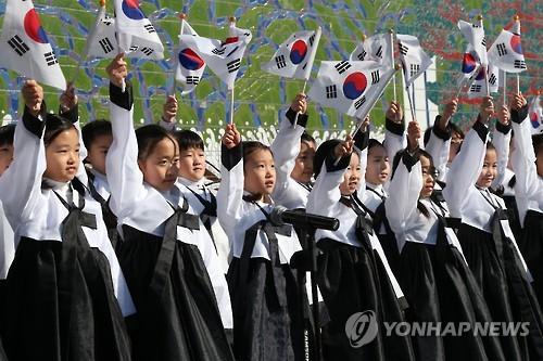 Los niños de Corea del Sur ondean la bandera nacional para celebrar el Movimiento por la Independencia del 1 de marzo, en Seúl, el 1 de marzo de 2016. (Foto de archivo)