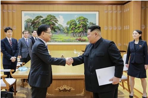 En la fotografía, proporcionada por la oficina presidencial surcoreana, Cheong Wa Dae, el líder norcoreano, Kim Jong-un (dcha.), estrecha la mano de Chung Eui-yong, jefe de la Oficina de Seguridad Nacional de Corea del Sur, quien lidera la delegación especial, durante una reunión realizada, el 5 de marzo de 2018, en Pyongyang, Corea del Norte.