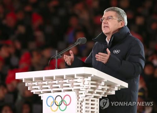En esta foto de archivo tomada el 25 de febrero de 2018, el presidente del Comité Olímpico Internacional, Thomas Bach, pronuncia un discurso durante la ceremonia de clausura de los Juegos Olímpicos de Invierno de PyeongChang en el Estadio Olímpico en PyeongChang, provincia de Gangwon.