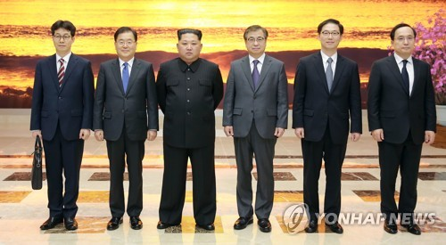 La foto, proporcionada por la oficina presidencial surcoreana, Cheong Wa Dae, muestra al líder norcoreano, Kim Jong-un (3º por la izda.), posando para una foto con los enviados especiales del presidente surcoreano Moon Jae-in, el 5 de marzo de 2018, en Pyongyang.