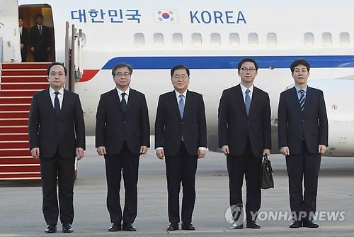 Los enviados especiales del presidente surcoreano Moon Jae-in para Corea del Norte posan para una fotografía, el 6 de marzo del 2018, en el aeropuerto militar de Seongnam, al sudeste de Seúl, tras regresar a casa de un viaje de dos días en una misión para intermediar diálogos de desnuclearización entre el Norte y Estados Unidos. (Foto del cuerpo de prensa)
