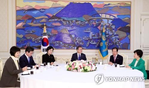 El presidente, Moon Jae-in (3º por la dcha.), mantiene una reunión con los representantes de los partidos gobernante y opositores, el 7 de marzo del 2018, en la oficina presidencial, Cheong Wa Dae, en Seúl.