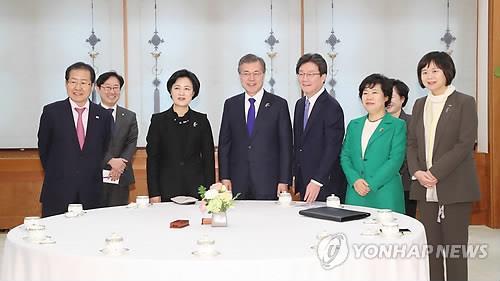 El presidente, Moon Jae-in (4º por la izq.), mantiene una reunión con los representantes de los partidos gobernante y opositores, el 7 de marzo del 2018, en la oficina presidencial, Cheong Wa Dae, en Seúl. En la fotografía figuran (de izq. a dcha., primera fila): Hong Joon-pyo, líder del principal partido opositor de Corea del Sur, el Partido de Libertad Surcoreana; Choo Mi-ae, jefa del gobernante Partido Democrático; el presidente Moon; Yoo Seong-min, correpresentante del Partido Bareunmirae; Cho Bae-sook, líder del Partido para la Democracia y Paz; y Lee Jeong-mi, jefa del Partido para la Justicia.