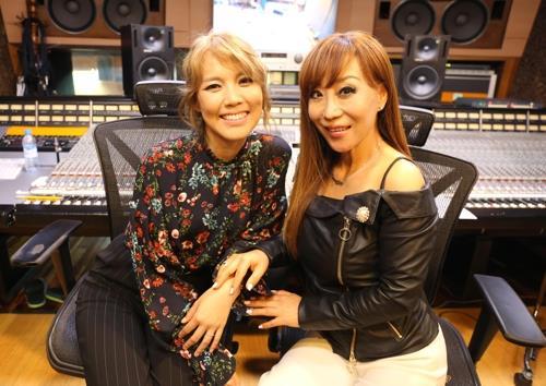 La soprano Jo Su-mi (dcha.) y la cantante Sohyang (foto proporcionada por SMI Entertainment)