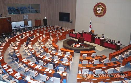 Esta foto, tomada el 4 de diciembre de 2017, muestra una comisión parlamentaria sobre una revisión constitucional manteniendo una sesión plenaria en la Asamblea Nacional en Seúl. (Foto de archivo)