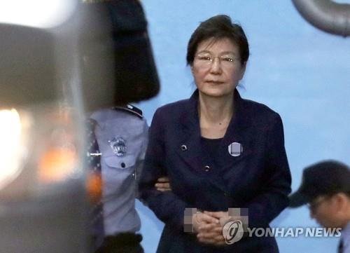 La expresidenta Park Geun-hye, el 16 de octubre del 2017, tras una audiencia ante el tribunal por primera vez después de que su detención fuera extendida por otros seis meses. (Foto de archivo)