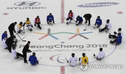 Los jugadores de hockey sobre hielo de Corea del Sur para los Juegos Paralímpicos de Invierno de PyeongChang forman un círculo, el 6 de marzo de 2018, en el Centro de Hockey de Gangneung, en la provincia de Gangwon.
