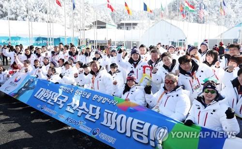 Los atletas y delegados surcoreanos para los Juegos Paralímpicos de Invierno de PyeongChang posan para una foto después de una ceremonia de bienvenida realizada, el 6 de marzo de 2018, en la Villa Olímpica de PyeongChang, en la provincia de Gangwon.