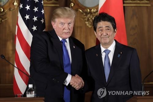 El presidente de EE. UU., Donald Trump (izq.), y el primer ministro de Japón, Shinzo Abe (foto de archivo)