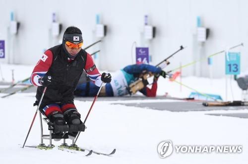 El esquiador nórdico Sin Eui-hyun, de Corea del Sur, entrena para los Juegos Paralímpicos de Invierno de PyeongChang 2018, el 9 de marzo de 2018, en el Centro Alpensia de Biatlón, en PyeongChang, a unos 180 kilómetros al este de Seúl.
