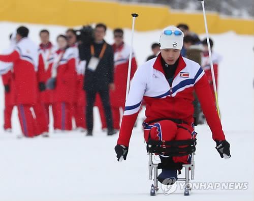 El esquiador nórdico  Ma Yu-chol, de Corea del Norte, entrena, el 8 de marzo de 2018, para los Juegos Paralímpicos de Invierno de PyeongChang, en el Centro Alpensia de Biatlón.