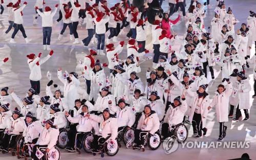 Desfile de atletas y entrenadores de Corea del Sur durante la ceremonia de apertura de los Juegos Paralímpicos de Invierno de PyeongChang, en el Estadio Olímpico de PyeongChang, provincia de Gangwon, el 9 de marzo de 2018.