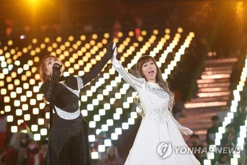 La soprano Sumi Jo y la cantante Sohyang  actúan en la ceremonia de apertura de los Juegos Paralímpicos de Invierno de PyeongChang, en el Estadio Olímpico, el 9 de marzo de 2018.
