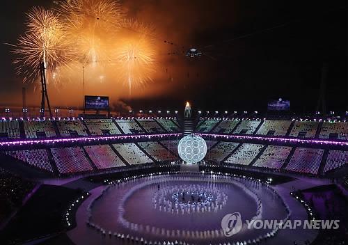 Los fuegos artificiales iluminan el Estadio Olímpico durante la ceremonia de apertura de los Juegos Paralímpicos de Invierno de PyeongChang, el 9 de marzo de 2018.