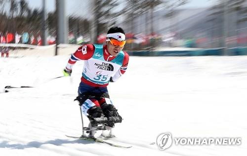El surcoreano Sin Eui-hyun compite en la prueba de 12,5 kilómetros de biatlón masculino sentado en los Juegos Paralímpicos de PyeongChang, disputada, el 13 de marzo del 2018, en el nordeste de Corea del Sur.