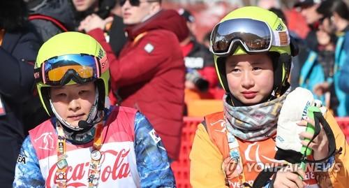 El 11 de marzo de 2018, la esquiadora alpina surcoreana Yang Jae-rim (izda.) y su guía, Go Unsori, después de terminar la prueba de eslalon para mujeres con discapacidad visual de los Juegos Paralímpicos de PyeongChang, en el Centro Alpino de Jeongseon, en la provincia de Gangwon. (Foto de archivo)