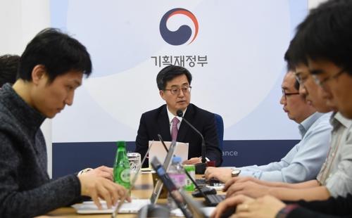 El ministro de Finanzas, Kim Dong-yeon (centro), habla durante una reunión de ministros en la ciudad administrativa de Sejong, el 13 de marzo de 2018.