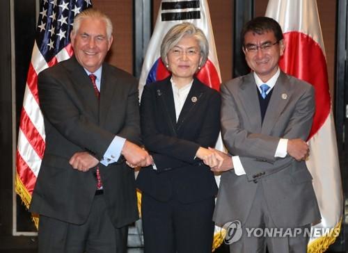 La ministra de Asuntos Exteriores de Corea del Sur, Kang Kyung-wha (centro), posa para una fotografía con sus homólogos de Estados Unidos y Japón, Rex Tillerson (izq.) y Taro Kono, en un encuentro celebrado, el 7 de agosto del 2017, en Manila, Filipinas, como parte de una serie de reuniones mantenidas al margen del Foro Regional de la ASEAN (ARF, según sus siglas en inglés) (Foto de archivo)