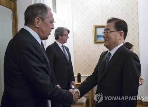 Chung Eui-yong (dcha.), jefe de la Oficina presidencial de Seguridad Nacional, estrecha la mano del canciller ruso, Sergey Lavrov, el 13 de marzo de 2018 (hora local), en Moscú, Rusia. (Foto de EPA-Yonhap)