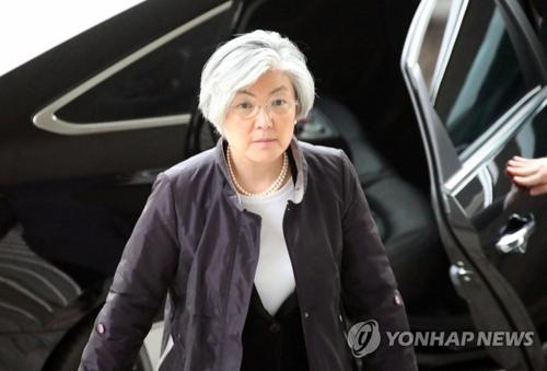 La fotografía, tomada el 14 de marzo del 2018, muestra a la canciller surcoreana, Kang Kyung-wha, frente al edificio ministerial en Seúl.