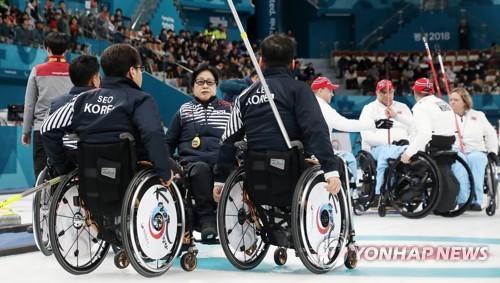 """El equipo surcoreano de """"curling"""" en silla de ruedas durante su partido contra Noruega en los Juegos Paralímpicos de Invierno de PyeongChang, en el Centro de Curling de Gangneung, provincia de Gangwon, el 14 de marzo de 2018."""