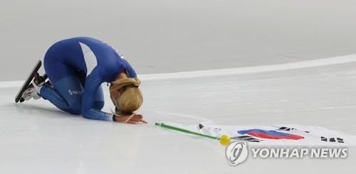 El 24 de febrero del 2018, la patinadora de velocidad surcoreana Kim Bo-reum hace una reverencia ante el público tras ganar la medalla de plata en la prueba de salida en grupo femenina, en las finales disputadas en el Oval de Gangneung, situado en la ciudad del mismo nombre, en el este de Corea del Sur. (Foto de archivo)