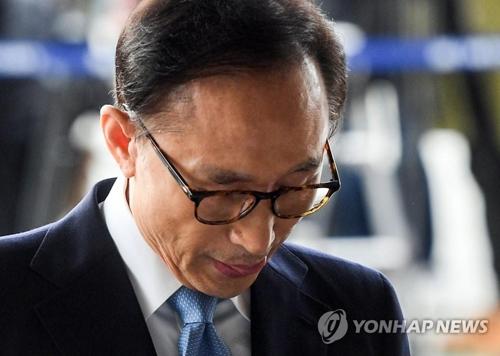 El 14 de marzo de 2018, el expresidente Lee Myung-bak llega a la Oficina de la Fiscalía del Distrito Central de Seúl para ser interrogado.