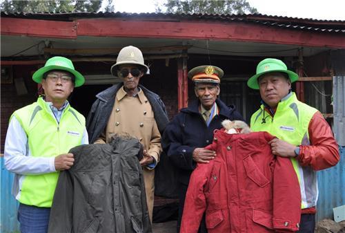 Los ejecutivos de LG Electronics entregan chaquetas a los veteranos etíopes de la Guerra de Corea (1950-53). (Foto cortesía de LG Electronics Inc.)