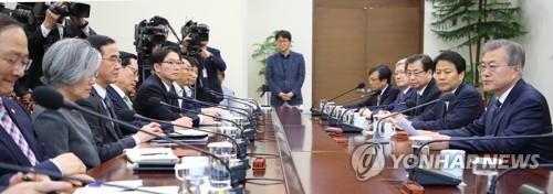El presidente surcoreano, Moon Jae-in (primero por la dcha.), habla durante una reunión del comité para los preparativos de la cumbre con el líder norcoreano, Kim Jong-un, el 11 de abril de 2018, en su oficina, Cheong Wa Dae.