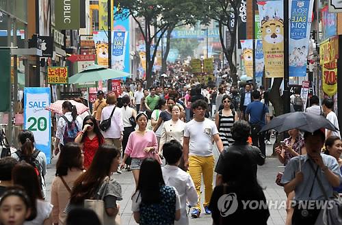 Una calle comercial de Myeongdong, en el centro de Seúl, está llena de turistas. (Foto de archivo)