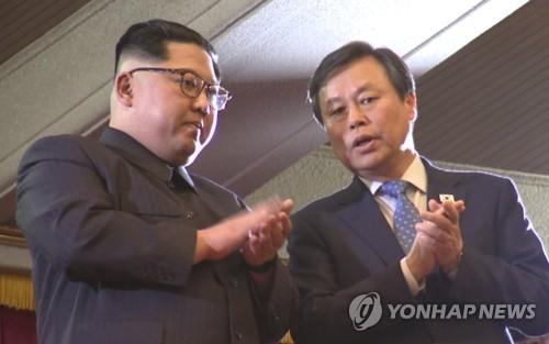 Esta imagen capturada de las transmitidas por el Cuerpo de Prensa Conjunto muestra al ministro de Cultura surcoreano, Do Jong-whan (dcha.), hablando con el líder norcoreano, Kim Jong-un, durante una actuación musical surcoreana en Pyongyang, el 1 de abril de 2018. (Foto de archivo)