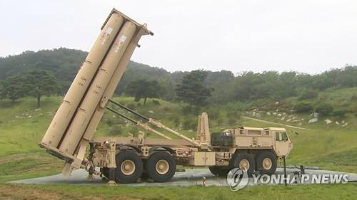 La foto, proporcionada por el Ministerio de Defensa de Corea del Sur, muestra una lanzadera del Sistema de Defensa Terminal de Área a Gran Altitud (THAAD, según sus siglas en inglés), desplegada, el 7 de septiembre de 2017, en Seongju, a unos 300 kilómetros al sur de Seúl. (Foto de archivo)