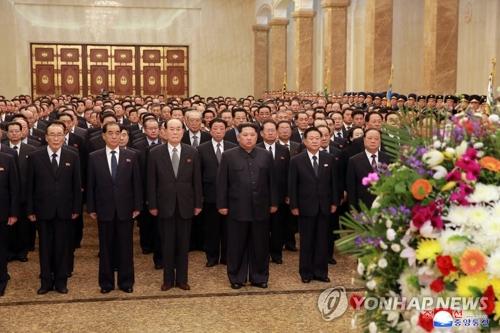 El 15 de abril de 2018, el líder norcoreano, Kim Jong-un (tercero por la dcha.), visita el Palacio del Sol de Kumsusan, en Pyongyang, para celebrar el aniversario del nacimiento del difunto fundador del régimen, Kim Il-sung.