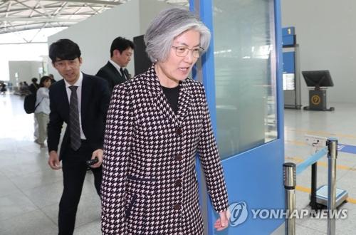 La ministra de Asuntos Exteriores surcoreana, Kang Kyung-wha, parte a Asia Central, el 16 de abril de 2018, a través del Aeropuerto Internacional de Incheon, al oeste de Seúl, para realizar una visita a Kazajistán y Uzbekistán.