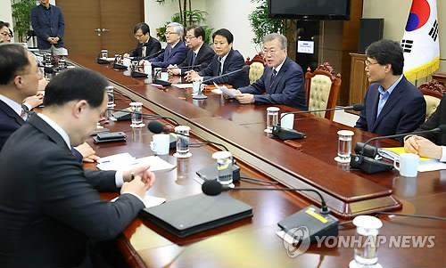 En la imagen de archivo se muestra al presidente Moon (segundo por la dcha.) conversando durante una reunión del comité preparatorio para su cumbre con el líder norcoreano.