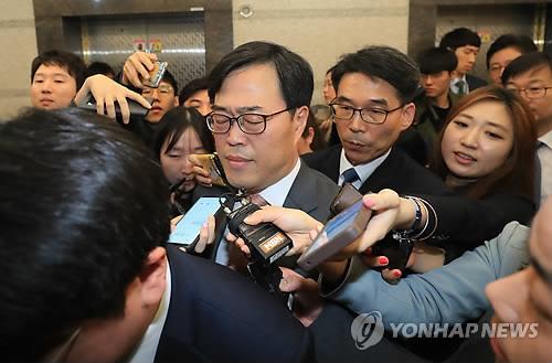 El director del Servicio de Supervisión Financiera, Kim Ki-sik (centro)