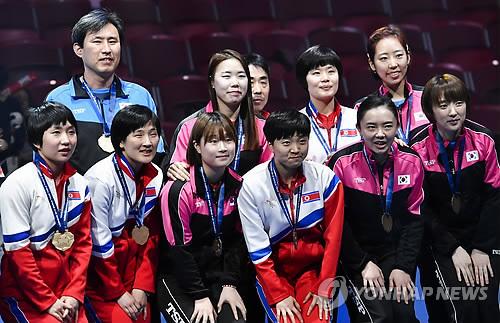 Las jugadoras de tenis de mesa de las dos Coreas posan ante la cámara con sus medallas de bronce, el 5 de mayo de 2018, tras el Campeonato Mundial de Tenis de Mesa por Equipos, en Halmstad, Suecia. (AP-Yonhap)