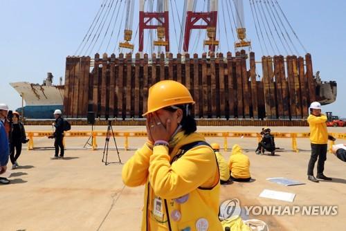 (AMPLIACIÓN)- Se endereza el ferri Sewol para permitir la búsqueda minuciosa de las víctimas aún desaparecidas
