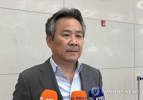 Lee Kee-heung, presidente del Comité Deportivo y Olímpico de Corea del Sur, habla con los reporteros en el Aeropuerto Internacional de Incheon, el 14 de mayo de 2018, después de regresar de una reunión con el presidente del Consejo Olímpico de Asia, Ahmad Al Fahad Al Sabah, en Lausana, Suiza