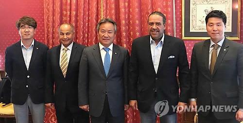 En esta foto proporcionada por el Comité Deportivo y Olímpico de Corea del Sur, su presidente, Lee Kee-heung (centro) posa con el presidente del Consejo Olímpico de Asia, Ahmad Al Fahad Al Sabah (2º por la dcha.) tras su reunión en Lausana, Suiza, el 13 de mayo de 2018.