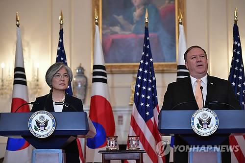 La canciller surcoreana, Kang Kyung-wha, y su homólogo estadounidense, Mike Pompeo, celebran una conferencia de prensa conjunta, el 11 de mayo de 2018 (hora local), tras una reunión celebrada en el Departamento de Estado de Estados Unidos, en Washington. (AP-Yonhap)