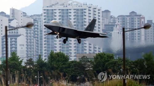 Un caza de sigilo F-22 Raptor aterriza, el 16 de mayo de 2018, en una base aérea surcoreana en Gwangju, a unos 329 kilómetros al sur de Seúl, durante los ejercicios militares conjuntos Max Thunder de Corea del Sur y Estados Unidos.