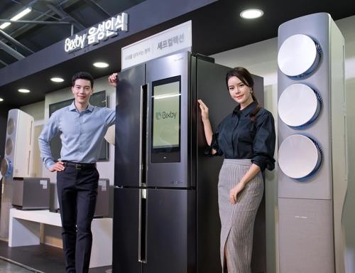 En la imagen, proporcionada, el 17 de mayo de 2018, por Samsung Electronics, se muestran los refrigeradores de la firma equipados con su sistema de reconocimiento de voz de inteligencia artificial (IA), Bixby.