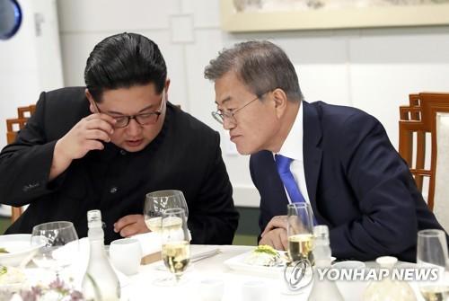 En la fotografía de archivo, tomada el 27 de abril de 2018, se muestra al presidente surcoreano, Moon Jae-in (dcha.), y al líder norcoreano, Kim Jong-un, hablando durante una cena organizada por Moon para conmemorar su cumbre histórica en la aldea de la tregua de Panmunjom.