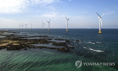 En la imagen, proporcionada, el 17 de noviembre de 2017, por la Corporación de Energía Eléctrica de Sur-Este de Corea del Sur, se muestra un parque eólico en el sur de la isla vacacional de Jeju, en el sur del país.