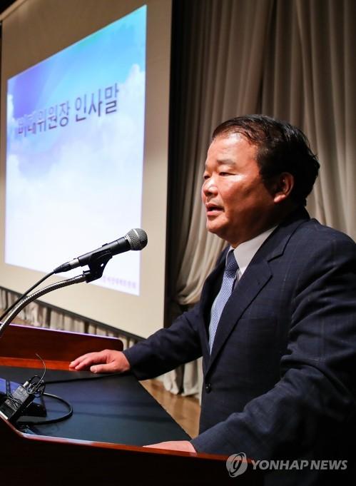Shin Han-yong, jefe de un grupo de trabajo privado en nombre de las 123 firmas surcoreanas que operaban fábricas en la ciudad fronteriza de Kaesong, en Corea del Norte, habla en una reunión en el oeste de Seúl el 18 de mayo de 2018.