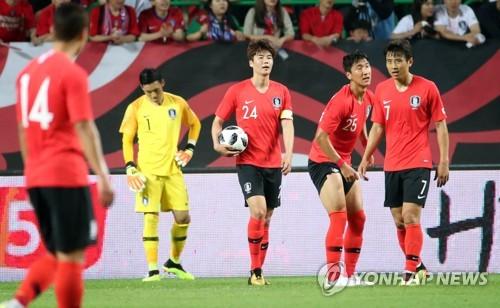 Los jugadores surcoreanos tras encajar un gol durante su partido contra Bosnia y Herzegovina en el World Cup Stadium de Jeonju, a 240 kilómetros al sur de Seúl, el 1 de junio de 2018.