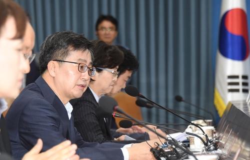 El ministro de Estrategia y Finanzas de Corea del Sur, Kim Dong-yeon, habla durante una reunión con ministros relacionados con la economía, el 8 de junio de 2018, en Seúl.