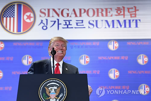 El presidente de Estados Unidos, Donald Trump, habla durante una conferencia de prensa en Singapur, el 12 de junio de 2018, en esta foto publicada por AFP. (Yonhap)